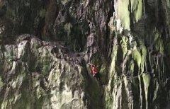 徒手攀百米峭壁