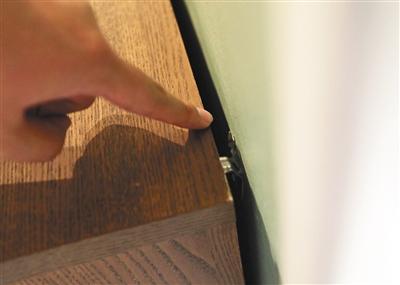 昨日,四元桥宜家,正在销售的马尔姆系列抽屉柜都安装了固定挂钩。 新京报记者 王飞 摄