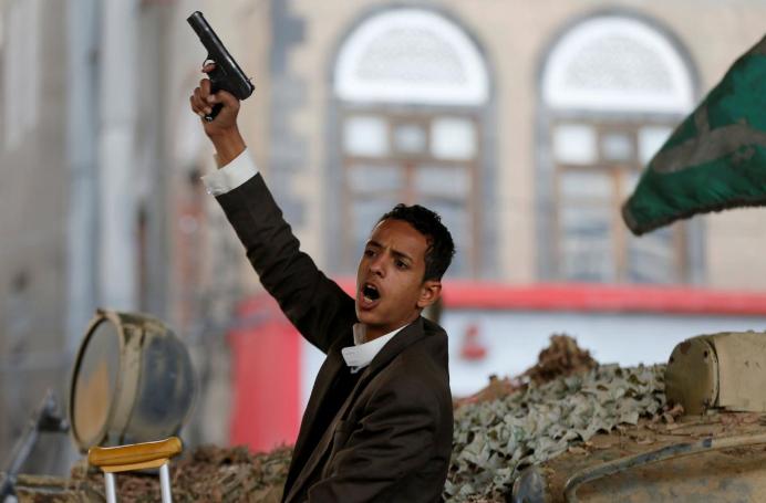 萨利赫死后,一名胡塞武装分子坐在坦克上作出如是反应。