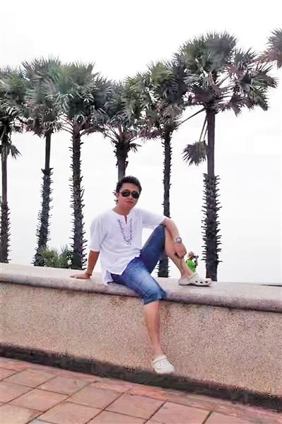 学习日语专业的他,毕业后当导游已有13年。 受访者供图