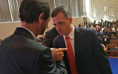 以色列驻联合国教科文组织代表卡梅尔·沙马 - 哈科恩(右)