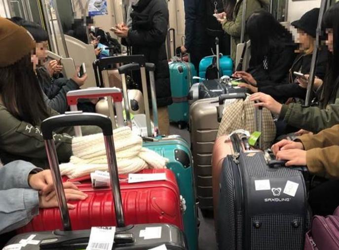 台湾旅客日本列车内行李挡道被广播提醒后改装睡