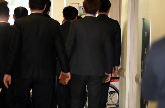 去年11月,朴槿惠因腰疼住院,安保人员将其围住