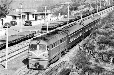 8171/8172次列车已运行近25年,目前只有3节车厢 供图/视觉中国