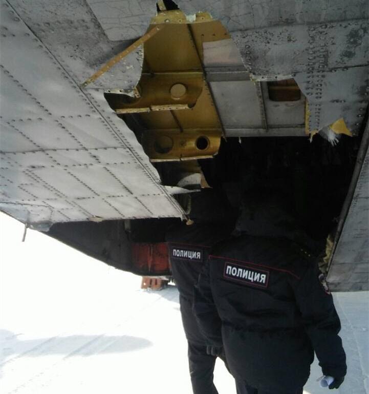 俄罗斯雅库茨克机场一架飞机起飞时货舱门掉落。(图片来源:俄媒)