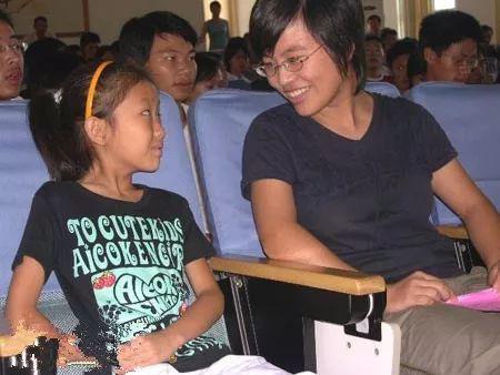 ▲陈姬丹(左)和她结对的大学生