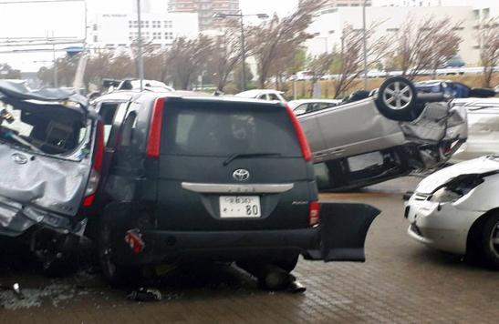 汽车被狂风掀翻撞在一起(图源:《朝日新闻》)