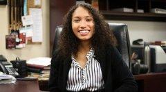 哈佛校报选出145年来首名非裔女会长 其母亲来自