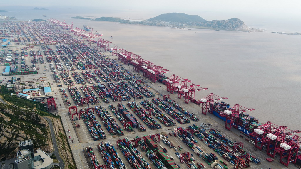 10月16日无人机拍摄的上海洋山深水港。 新华社记者 丁汀 摄