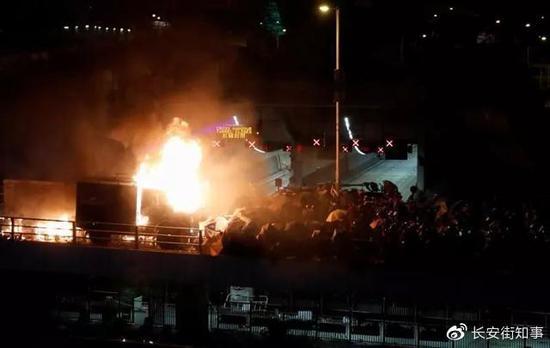 """暴徒吹嘘""""毁坏""""了警方锐武装甲车和水炮车。图源:港媒"""
