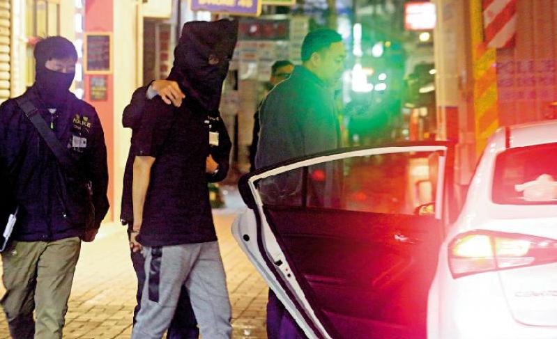 其中一名被捕者被押上警车(图源:《大公报》).jpg