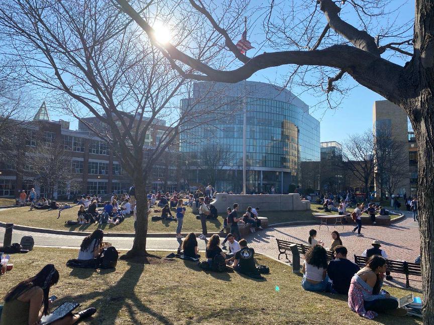 3月12日,美国东北大学学生在草地上聚集。本文均为受访者供图