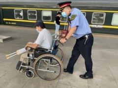 独自旅行的残疾旅客遇上了热心帮助的